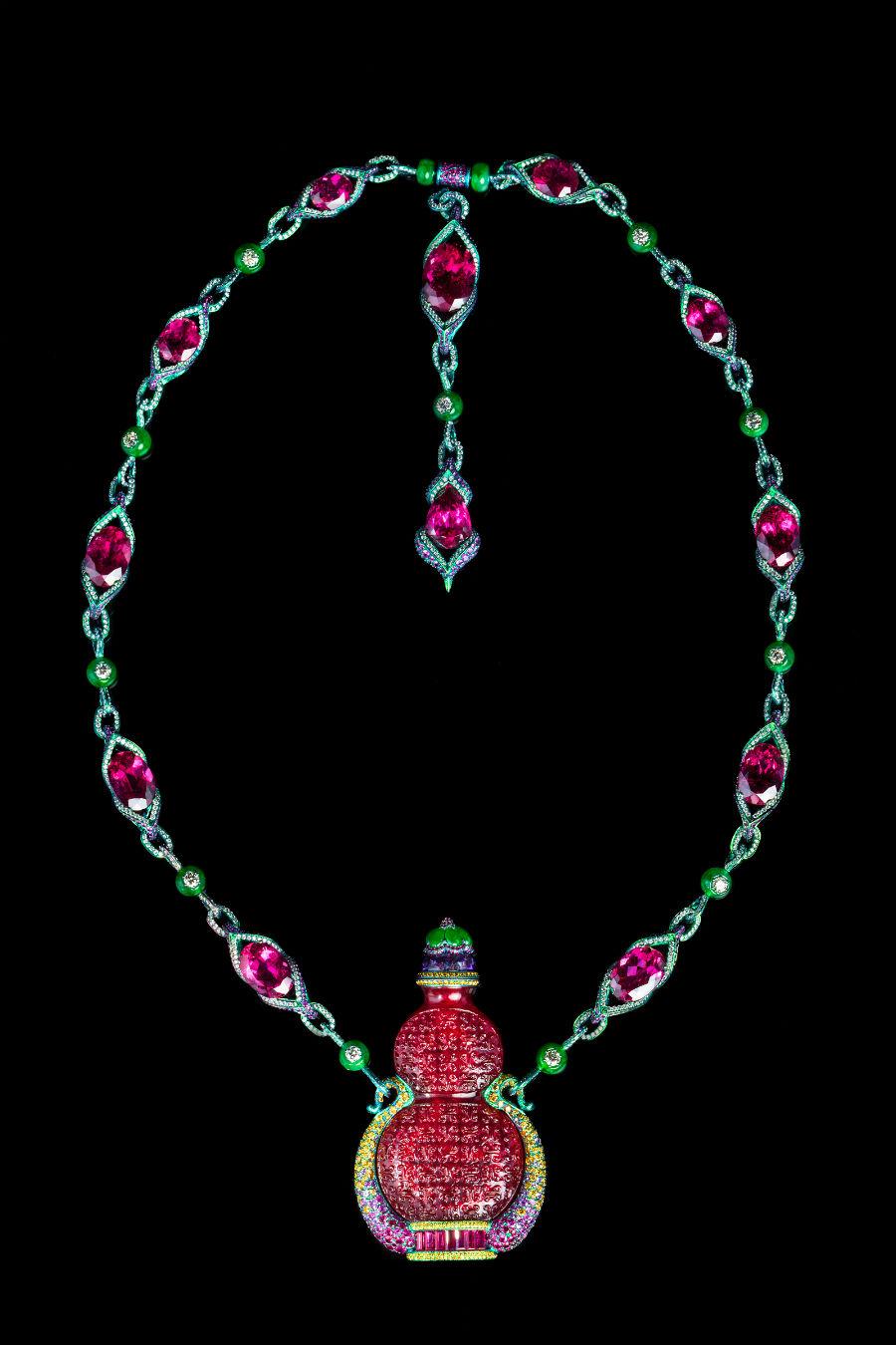 Wallace Chan – Collana Bliss and Peace – Tabacchiera del periodo Daoguang (1821-1850), rubellite ( circa 80.54 cts) giadeite, diamante giallo, rubino, ametista, diamante, zaffiri rosa, titanio. A causa del clima più umido rispetto a quello occidentale, i cinesi preferivano alla tabacchiera a forma di scatola l'utilizzo delle deliziose ed eleganti bottigliette da tabacco come quella presente nella collana Bliss and Peace.