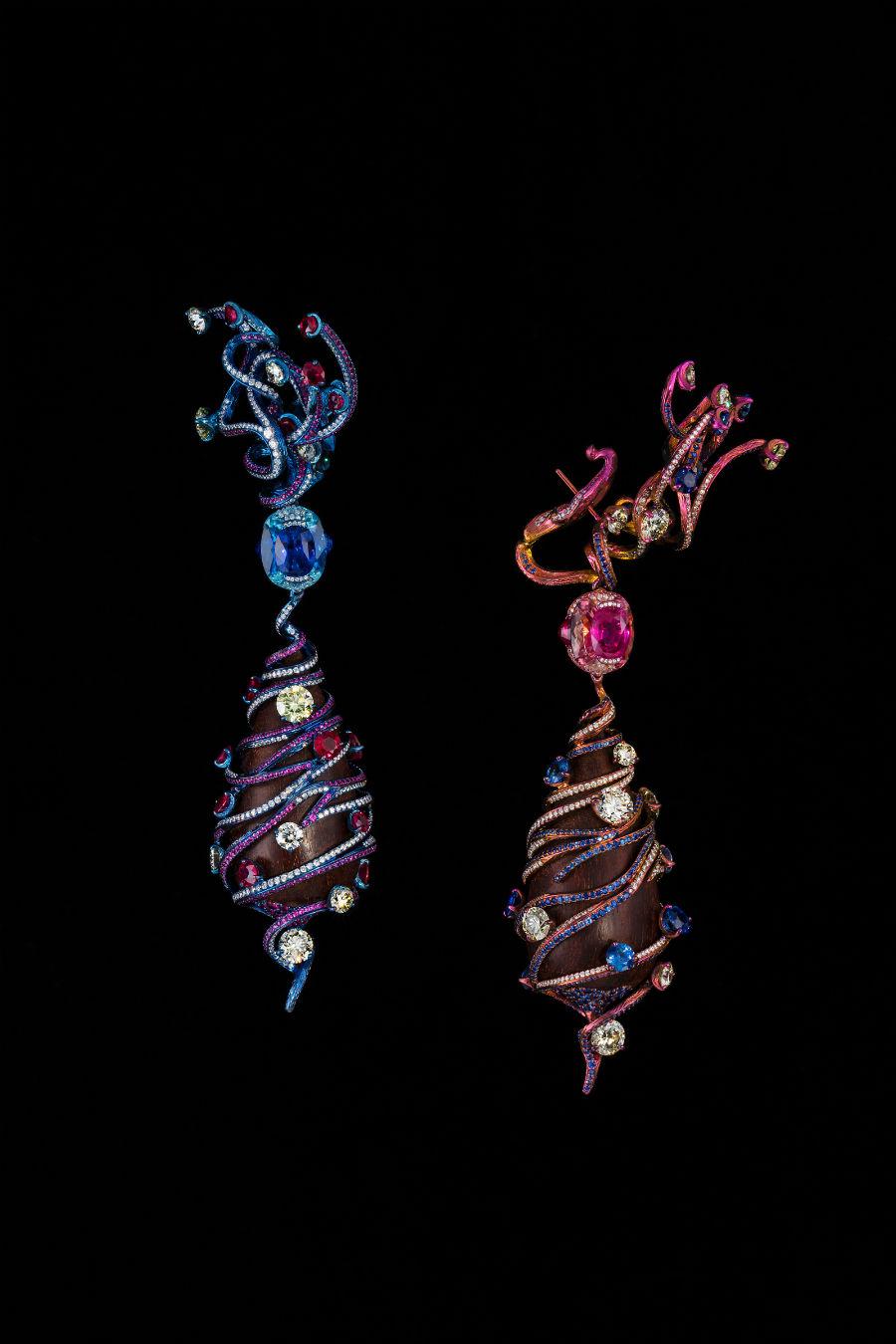 """Wallace Chan - Orecchini """"Intertwining Love"""" – Titanio, legno di rosa (2 pezzi per un totale di 144.29 cts), un rubino forma ovale 3.11 cts, uno zaffiro forma ovale (3.03 cts), zaffiro, rubino, acquamarina, tormalina rosa, diamante giallo, diamante."""