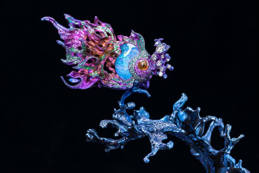 """Wallace Chan – Spilla """"Sea of Joy"""" e piedistallo di quarzi (cristallo di rocca e ametista). Titanio, opale, diamante giallo, quarzi, lapislazzuli, zaffiro rosa, granato tsavorite, diamante."""