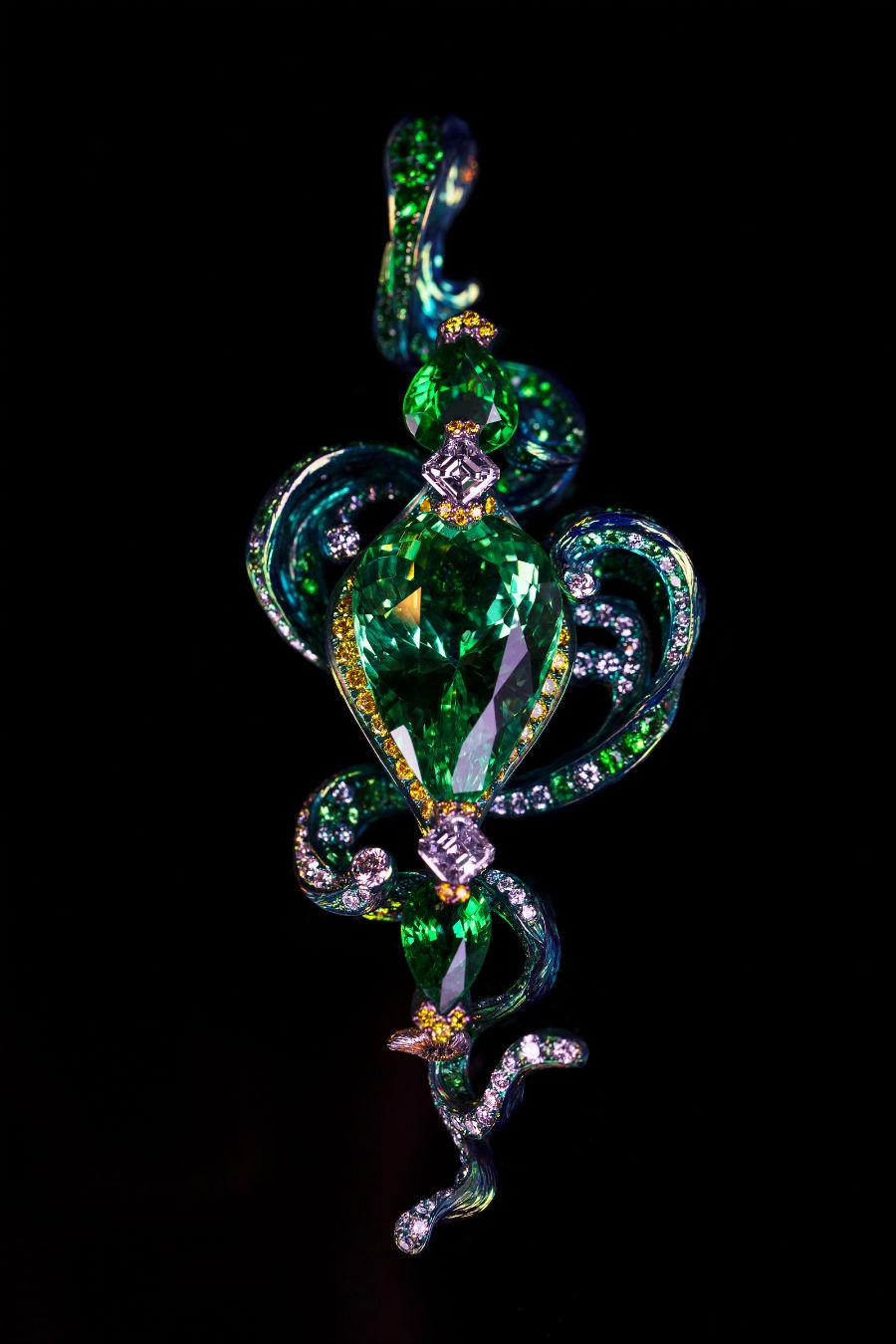 """Wallace Chan – Spilla, collana e bracciale trasformabile """"The Waves"""" in titanio. Un granato tsavorite a goccia (10.70cts), ametista, diamante, zaffiro rosa, diamante giallo. Il gioiello è stato presentato al TEFAF di NY nel 2017"""