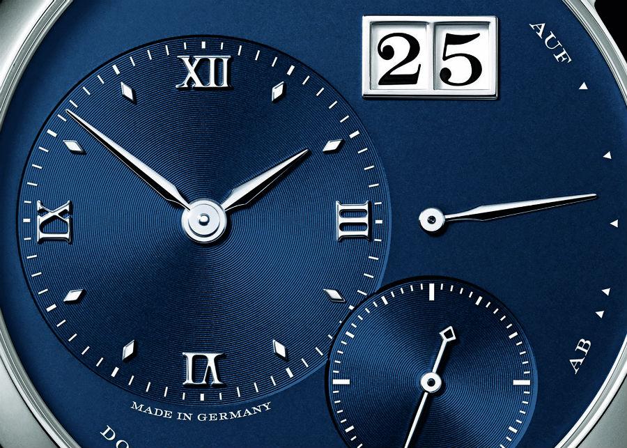 A. Lange & Söhne – Lange 1 – movimento meccanico a carica manuale di manifattura – cassa da 38,5 mm in oro bianco – quadrante in argento massiccio – cinturino in alligatore – autonomia di 72 ore – fondello in vetro zaffiro.