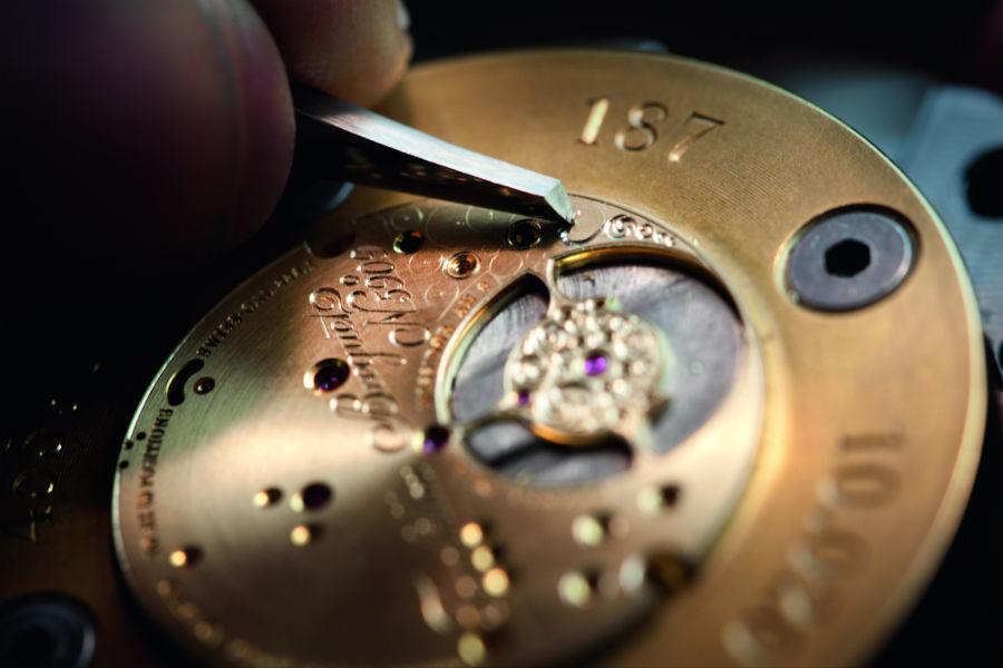 I maestri orologiai della Manifattura Breguet intenti nell'assemblaggio dei movimenti e alcune fasi di decorazione delle componenti ( anglage e gravage) realizzate a mano