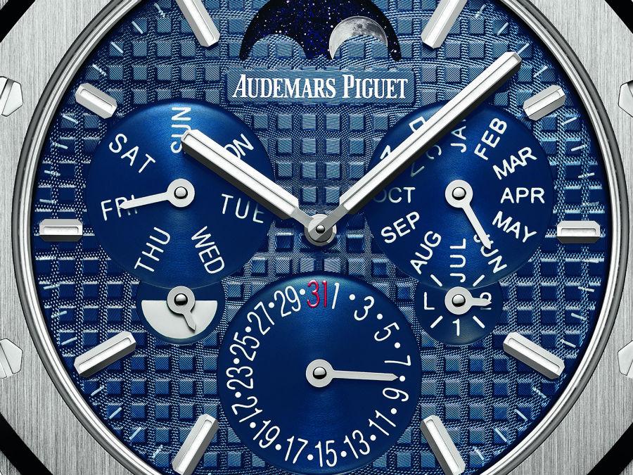 Audemars Piguet: Un dettaglio del quadrante. La completa re-ingegnerizzazione del calibro ha portato in dote una completa rivoluzione nella disposizione delle informazioni nei contatori. Le fasi di luna a ore 12 sono un omaggio al modello del 1955.