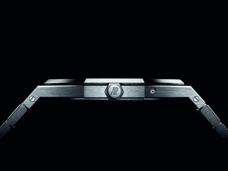 Audemars Piguet: Un'immagine che mostra l'estrema sottigliezza del Royal Oak RD#2 Perpetual Calendar Ultra-Thin. La cassa è spessa solo 6,3 mm, il movimento 2,89 mm.