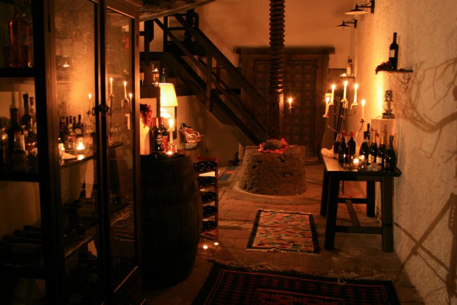 Castello San Marco Charming Hotel & SPA - Calatabiano, Sicilia: scorcio delle cantine con all'interno le vecchie macine
