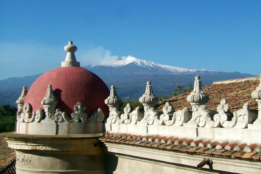 Castello San Marco Charming Hotel & SPA - Calatabiano, Sicilia: scorcio del tetto dal quale si vede l'Etna