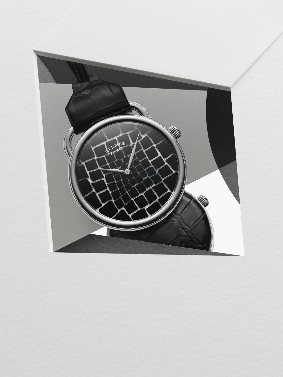 """La Montre Hermès – Orologio Arceau Pocket Millefiori - Cassa in oro bianco 750, diametro 48 mm di diametro, distanza tra le anse 26 mm. - QuadranteCristallo Millefiori della cristalleria Saint-Louis - Movimento di manifattura Hermès H1837 Meccanico a carica automatica,fabbricato in SvizzeraDiametro: 26 mm, Spessore: 3,7 mm193 componenti, Frequenza (4Hz)Riserva di carica di 50 orePlatina """"perlata"""" e """"spiraliforme"""", ponti e massa oscillante satinati e decorati con motivo ad """"H"""" - FunzioniOre e minuti - Coperchio sul fondello rivestito in alligatore opaco nero- Impermeabile a 3 bar – Copyright Carl Kleiner"""