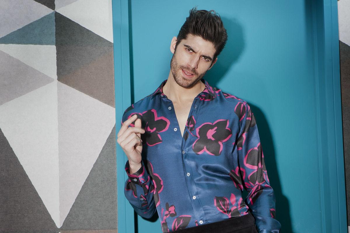 Modello indossa una camicia stampa a fiori di Robert Friedman - Collezione Capsule Collection Robert Friedman Pitti93 - Credits Francesco Allegretti