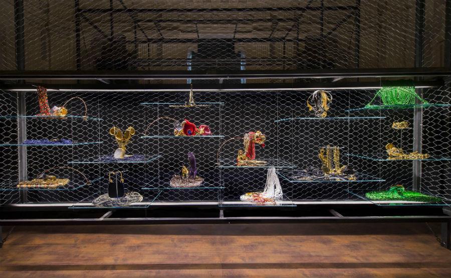 Allestimento mostra Gianfranco Ferré. Sotto un'altra luce: Gioielli e Ornamenti.
