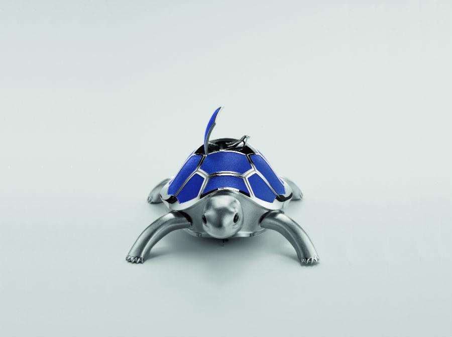 Kelys & Chirp è l'ultima creazione in ordine di tempo di MB&F. Una tartaruga automa con uccellino canoro. Apparentemente semplice, eppur azionata da un movimento complesso tanto quanto quello di un orologio ripetizione minuti.