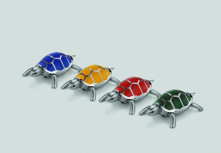 Quattro le edizioni realizzate da MB&F. A distinguerle, il colore delle 12 placche in pelle posizionate sul suo carapace: blu, verde, rosso oppure ocra. Ognuna è realizzata in serie limitata a 18 esemplari.
