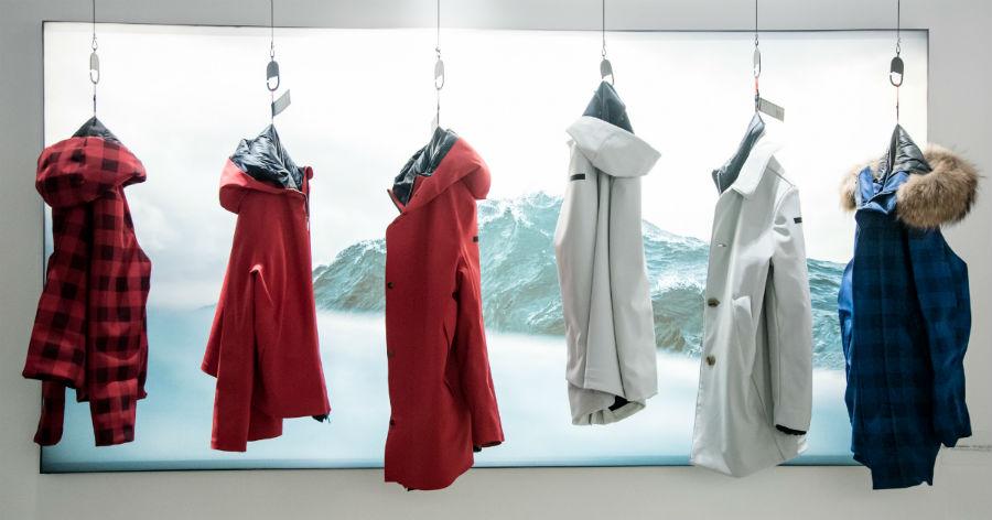 RRD – Roberto Ricci Design: collezione di giacche a vento appese su omini