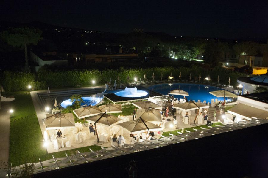 Terme Salus Hotel - Viterbo: Veduta notturna sulle piscine termali esterne con banchetti