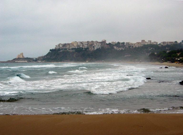 Viaggio in Italia nelle terre di Ulisse - Sperlonga vista dalla spiaggia