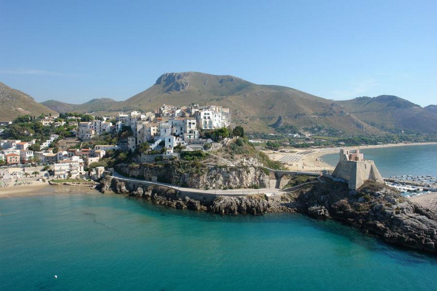 Viaggio in Italia nelle terre di Ulisse - Veduta sulla cittadina di Sperlonga