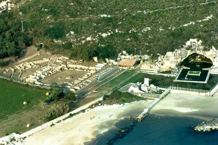 Viaggio in Italia nelle terre di Ulisse - Veduta aerea dell'area archeologicica della Villa di Tiberio a Sperlonga