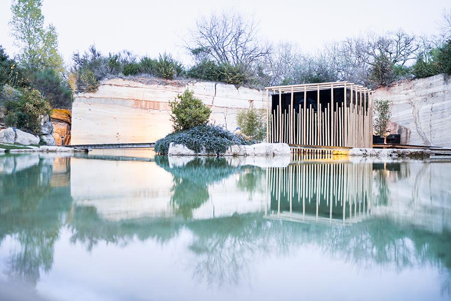 Adler Thermae Spa & Relax Resort : Particolare della piscina nel travertino con angolo sauna