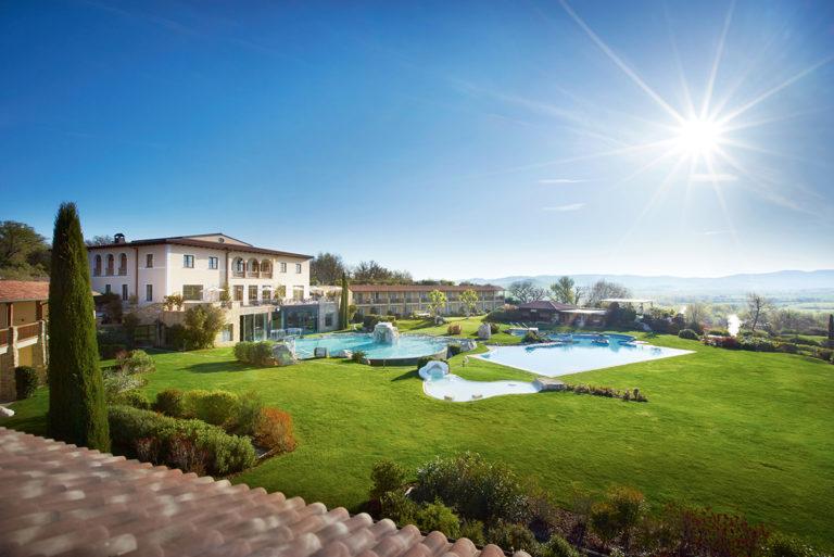 Adler Thermae Spa & Relax Resort : vista dall'esterno con paesaggio