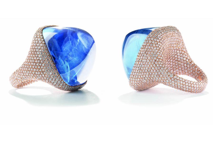 Chantecler – anello Sugarloaf in oro rosa, zaffiro blu (Sri-Lanka) cabochon e pavé di diamanti.