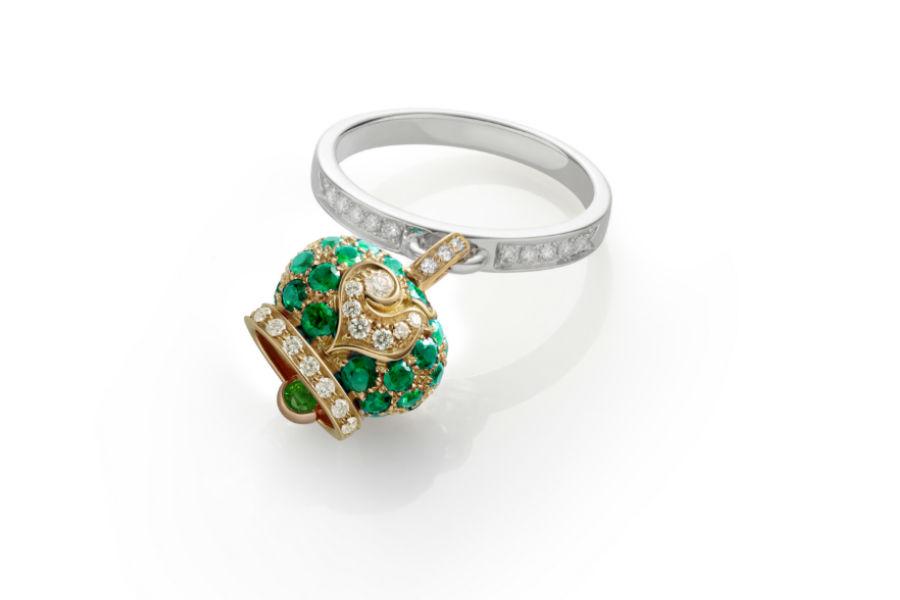 Chantecler - anello campanella in oro giallo e smeraldi, galletto e gambo in oro bianco e diamanti bianchi.