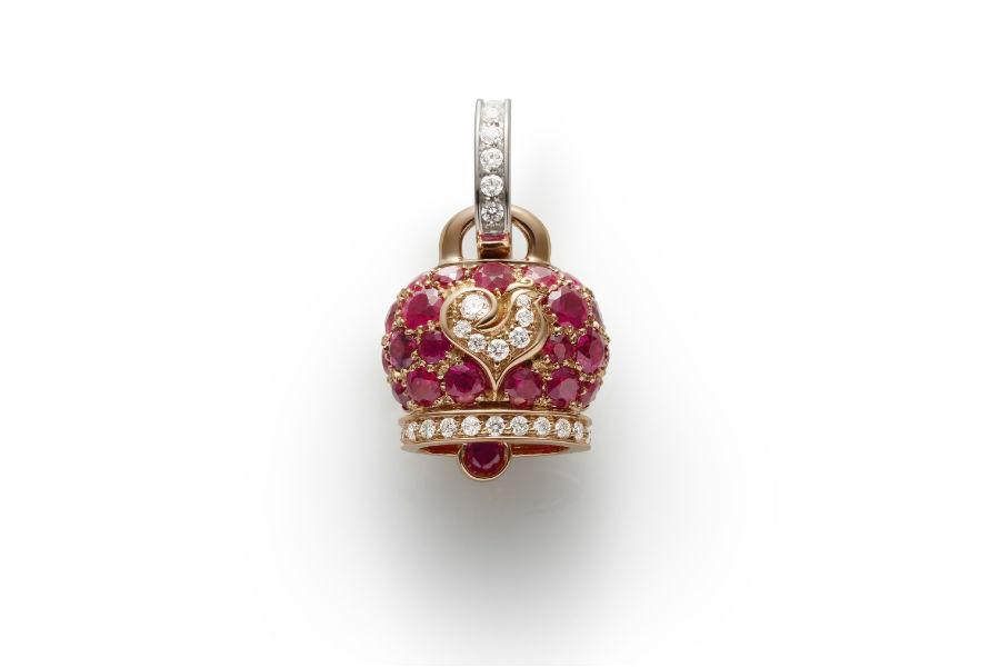 Chantecler - Ciondolo campanella in oro rosa e rubini, galletto in oro bianco e diamanti bianchi
