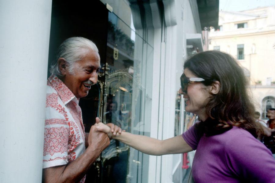 Pietro Capuano accoglie Jacqueline Kennedy nella boutique Chantecler nella magica Capri.