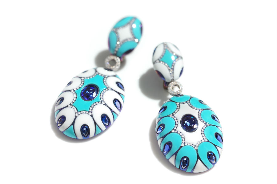 Chantecler – Collezione Maioliche – collana ed orecchini in oro bianco, titanio, zaffiro blu, diamanti, turchese e kogolong.