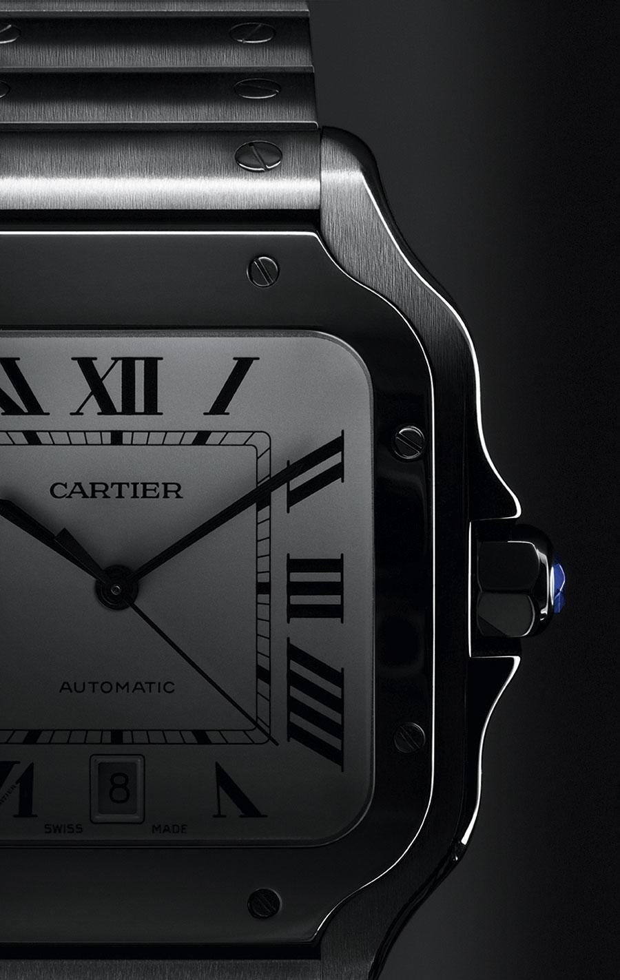 Santos - Cartier: Numeri romani neri su quadrante chiaro. E il classico spinello sintetico blu incastonato nella corona. Questa la scelta di Cartier per le referenze del suo rinnovato Santos in versione 2018.