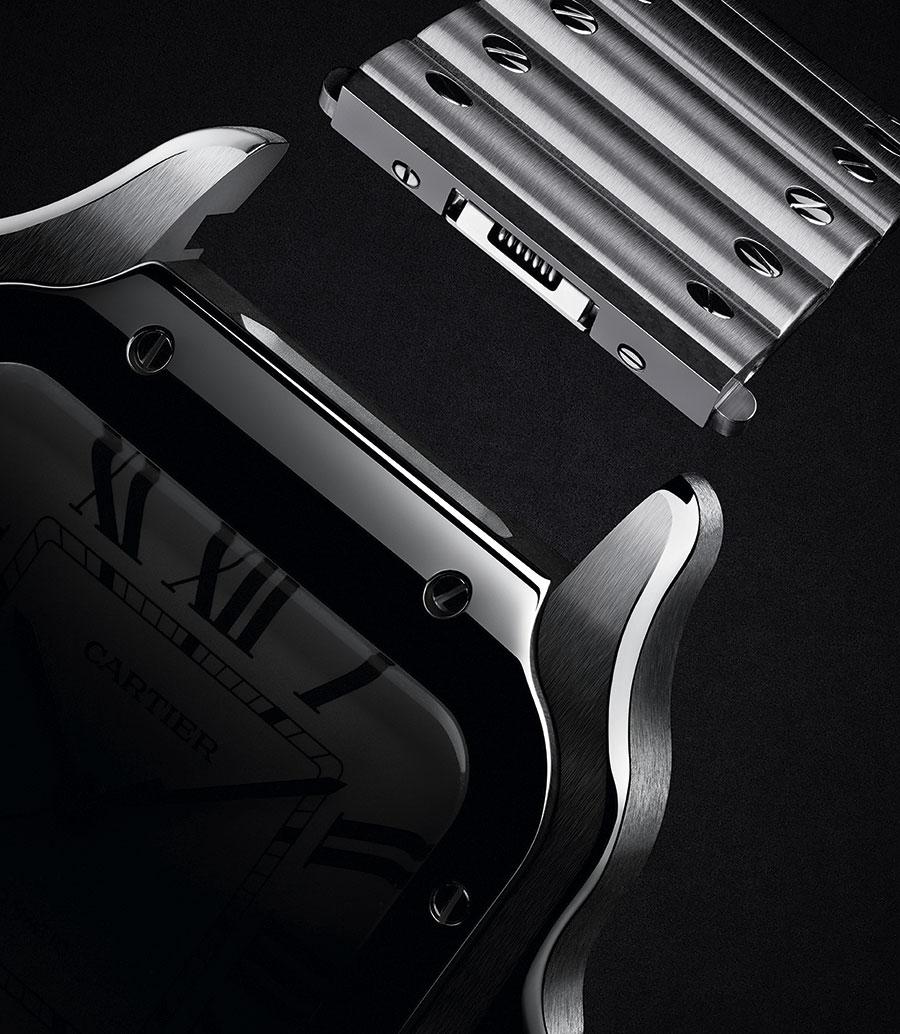 Santos - Cartier: Un close-up del sistema di sgancio rapido del bracciale/cinturino QuickSwitch del nuovo Santos de Cartier. Un dettaglio che ne fa un modello perfetto per l'e-commerce