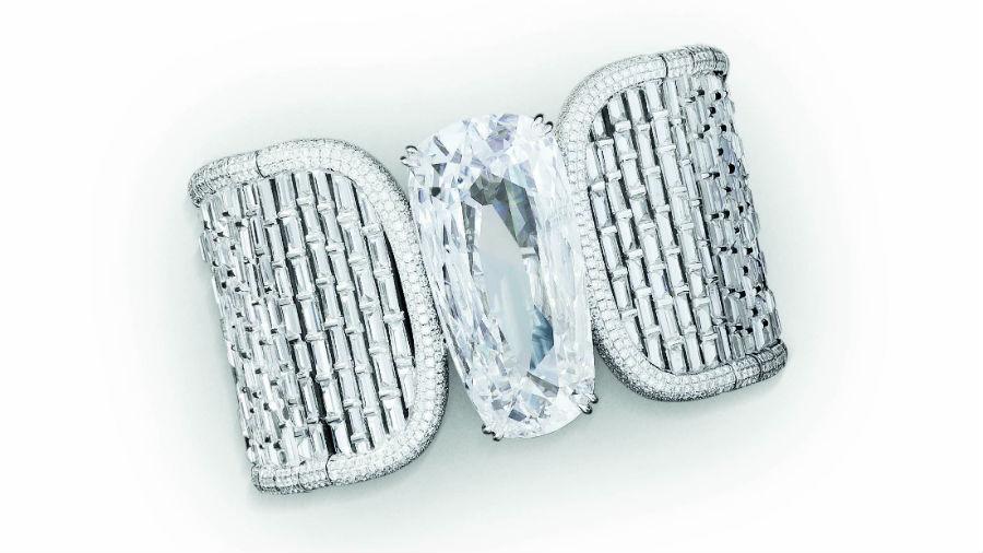 """Glenn Spiro – Alta gioielleria - Jahanara - Bracciale in oro bianco diamanti taglio baguette e brillanti (36.36 cts), diamante """"D,"""" taglio pera (40.51 cts). Gioiello trasformabile: il diamante centrale può essere indossato come anello."""