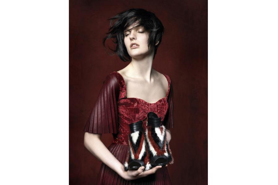 Vladimiro Gioia - Milano Fashion Week: modella tiene in mano scarpe in pelliccia