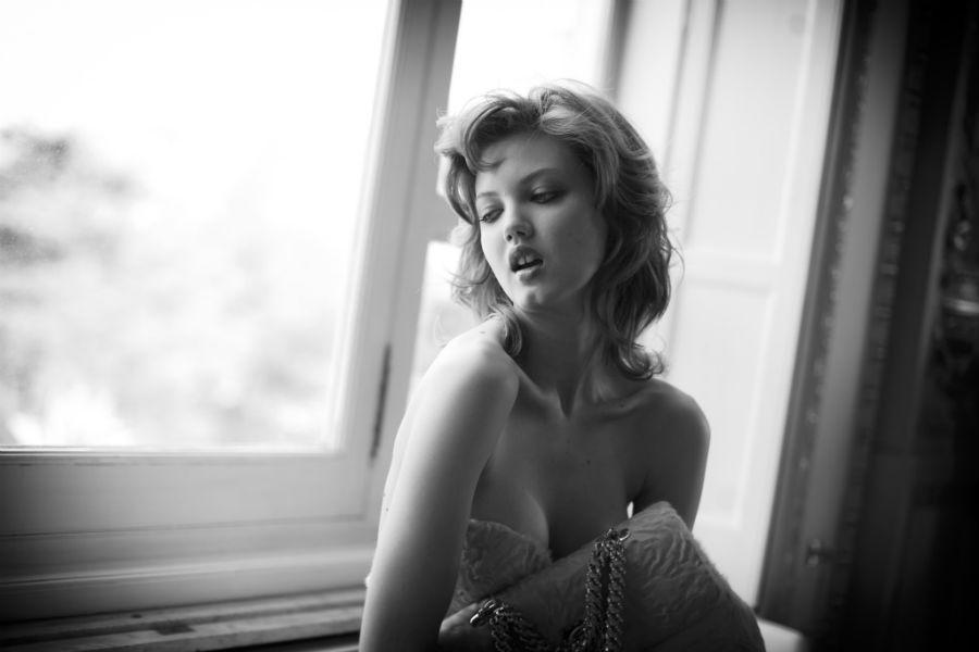 Yuri Catania - fotografo: ritratto di donna a mezzo busto in bianco e nero davanti ad una finestra