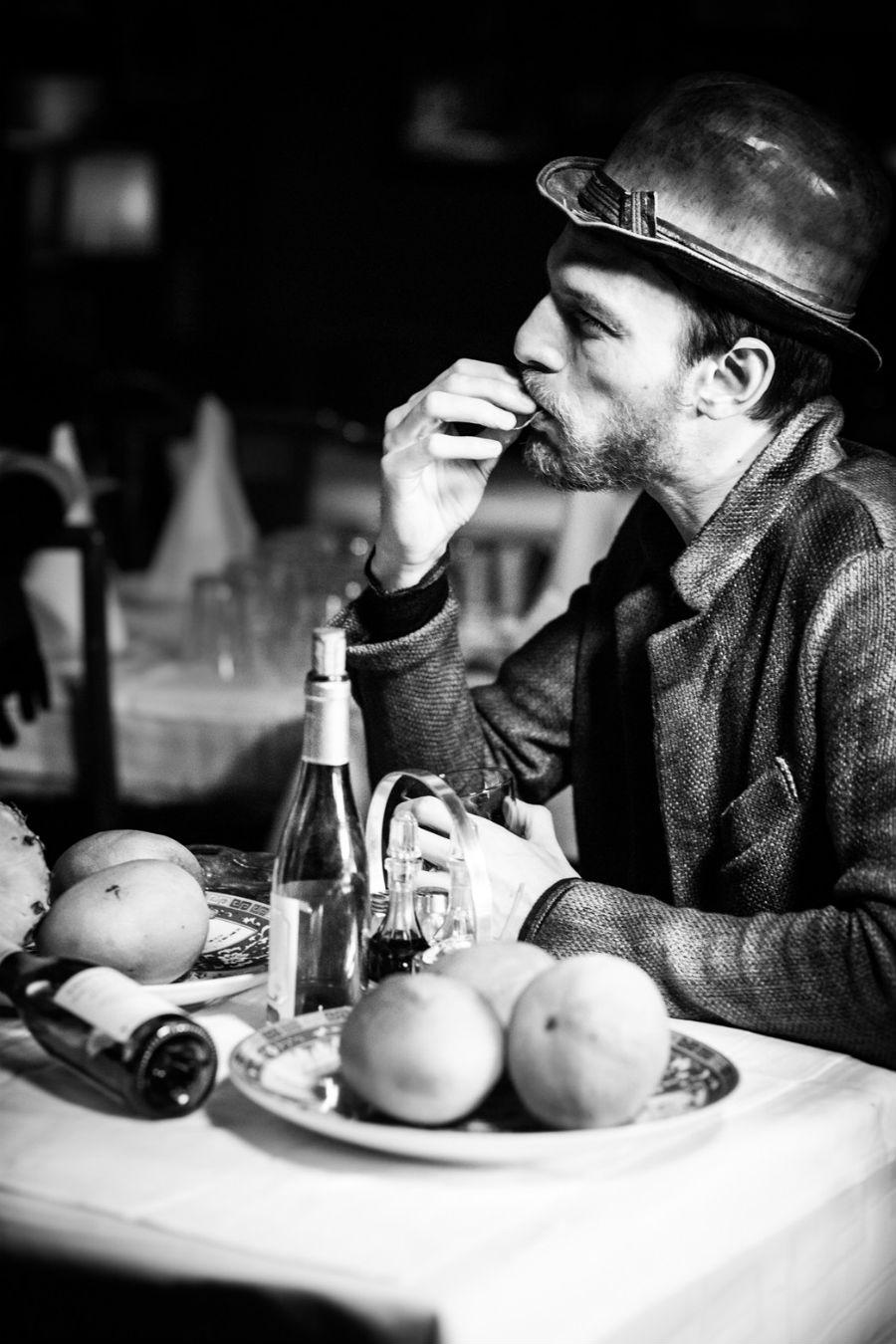 Yuri Catania - fotografo: nell'immagine pubblicitaria un modello seduto ad un tavolo