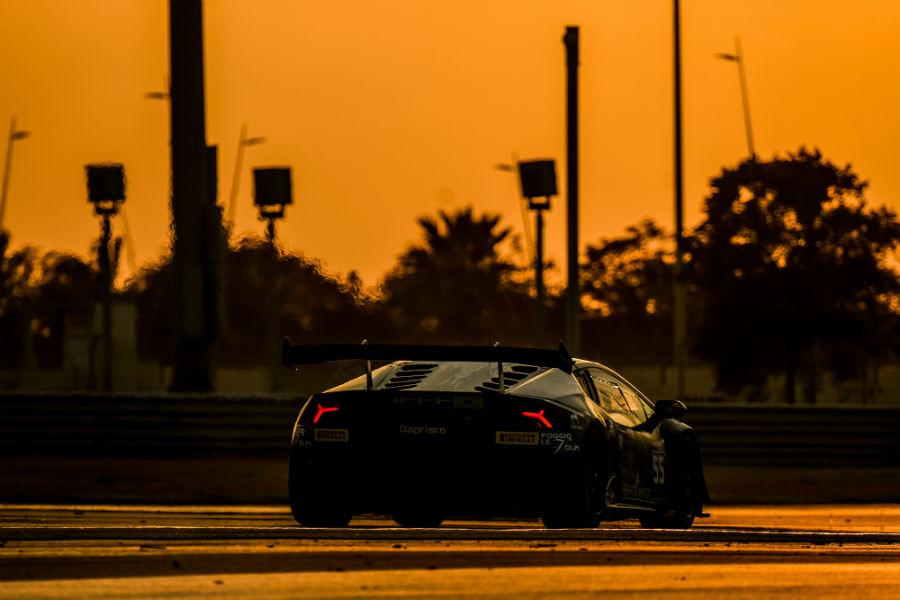 Lamborghini Huracàn Super Trofeo EVO su strada al tramonto