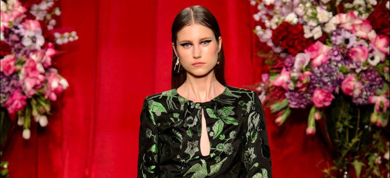 Milano Fashion Week: modella con abito in stampa tapestry