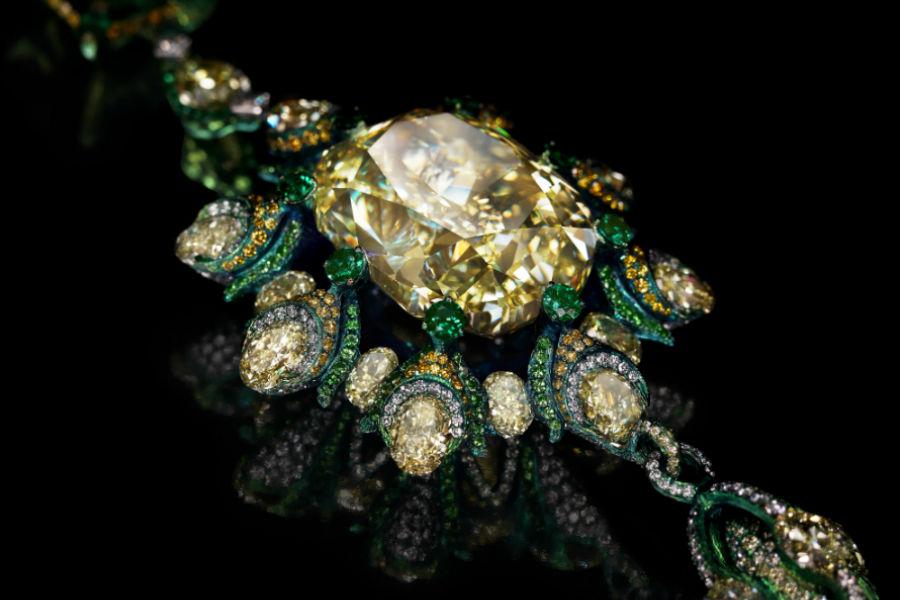 Wallace Chan - Sun of Soul Necklace - Collana con diamante giallo di forma quadrata di 80.69 cts, smeraldo di 5.95 ct, diamanti gialli, diamanti verdi, granati tsavorite. La collana sarà svelata per la prima volta al pubblico durante la prossima edizione del TEFAF nella città di Maastricht dal 10 al 18 Marzo 2018