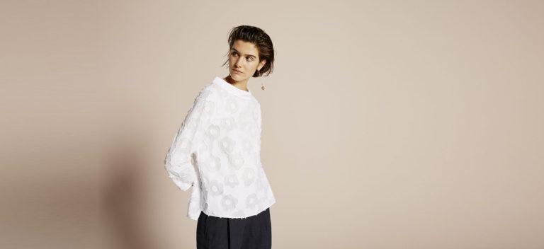 Modella indossa camicia Xacus Collezione SS 2018