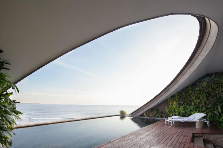 Como Uma Canggu, resort esclusivo a Bali: dettaglio della grande vetrata arcuata con vista sull'Oceano della Penthouse