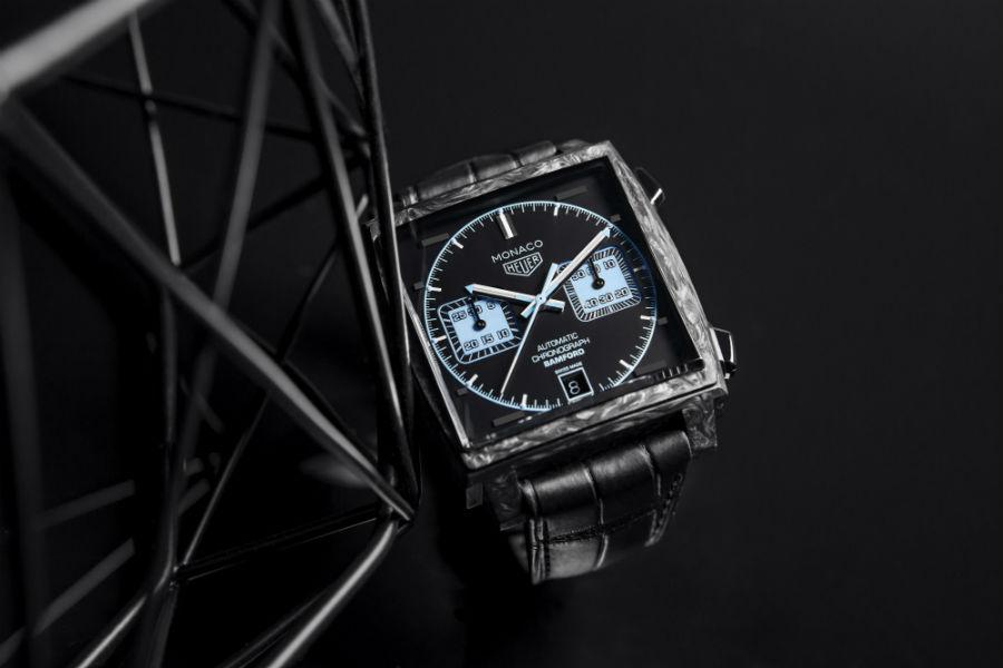 TAG Heuer – Monaco Bamford – movimento meccanico cronografico a carica automatica – cassa da 39 mm di lato in fibra di carbonio – impermeabile a 10 atmosfere – cinturino in alligatore e caucciù.