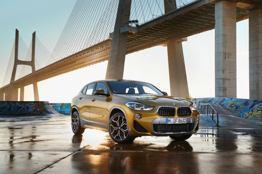 BMW X2: immagine laterale frontale, sullo sfondo di un ponte