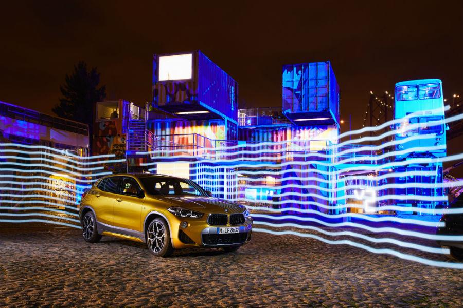 BMW X2: immagine laterale sullo sfondo di case illuminate a LED