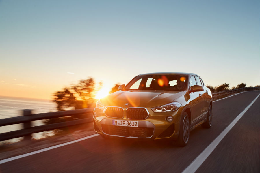 BMW X2: immagine laterale, al tramonto