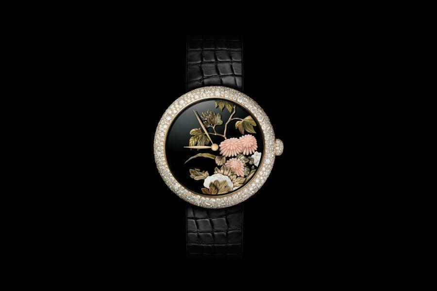"""Manifattura orologiera Chanel - G&F Châtelain, La Chaux-De-Fonds, Svizzera: Un esempio di """"Sertissage Tradizionale"""" su cassa e corona in oro beige del segnatempo Mademoiselle Privé - Coromandel Glittica. Quadrante con miniatura realizzata secondo le tecniche glittica e oro scolpito – Movimento meccanica a carica automatica, cassa con 502 diamanti (4.80 cts), corona fissa con 58 diamanti (0.15 cts). Pezzo unico"""
