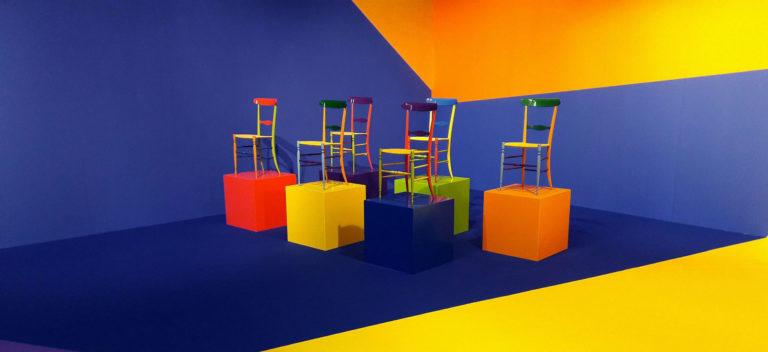 La Chiavarina Supercolor, prodotta in 4 diverse combinazioni cromatiche, esposta durante il Fuorisalone 2017 al Superstudio di Via Tortona, a Milano. © F.lli Levaggi - sedie originali di Chiavari