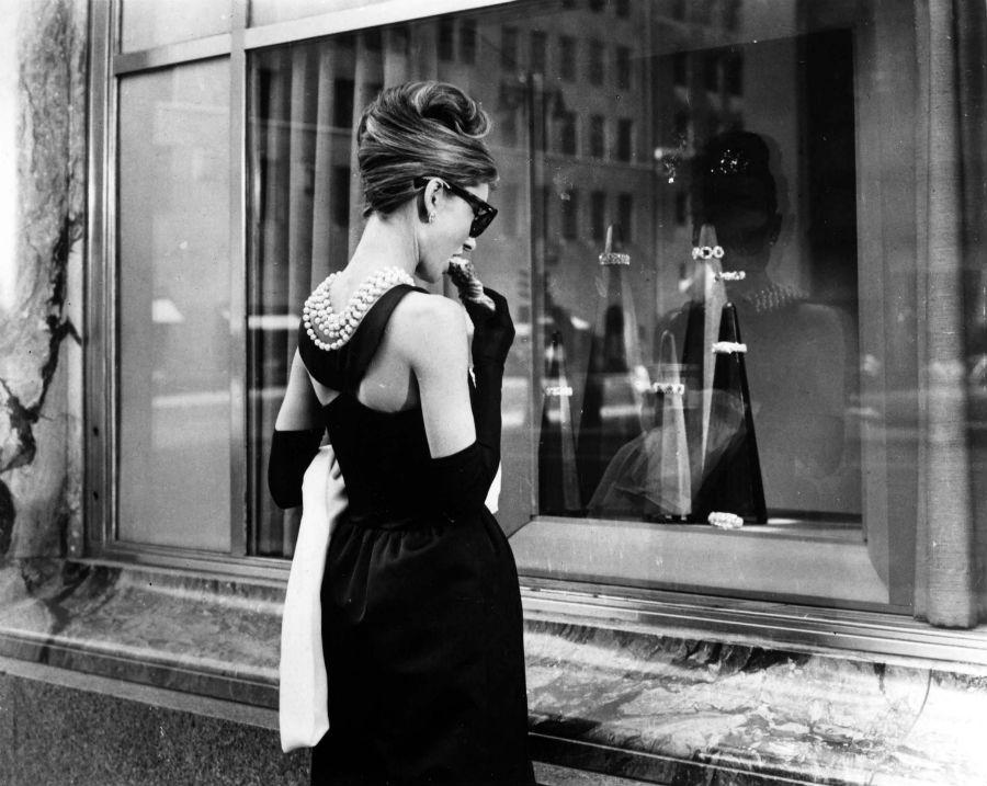 Audrey Hepburn in un frame del film Colazione da Tiffany