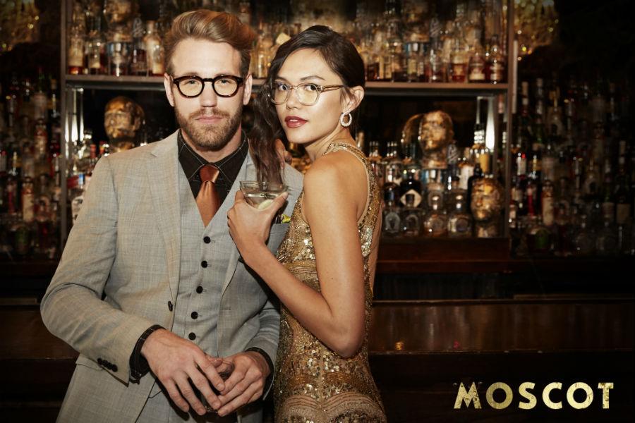 Intervista a Harvey Moscot: 2 modelli indossano occhiali del brand