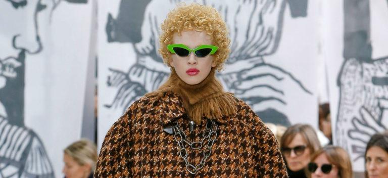 Paris Fashion Week - modella in completo giacca e gonna dal colore autunnale di Miu Miu FW2018-2019