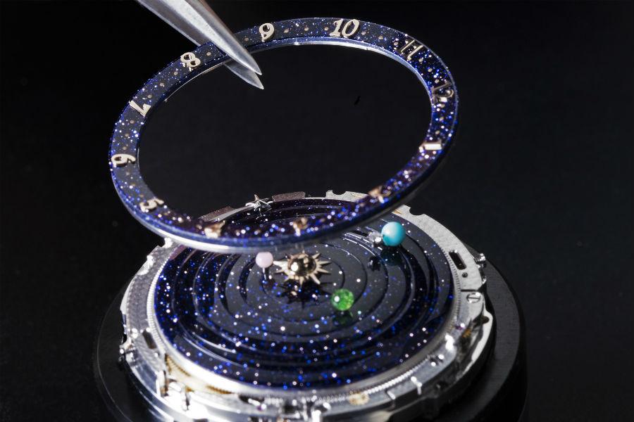 L'assemblaggio dei dischi in avventurina sul movimento dell'orologio Lady Arpels Planétarium @Van Cleef & Arpels