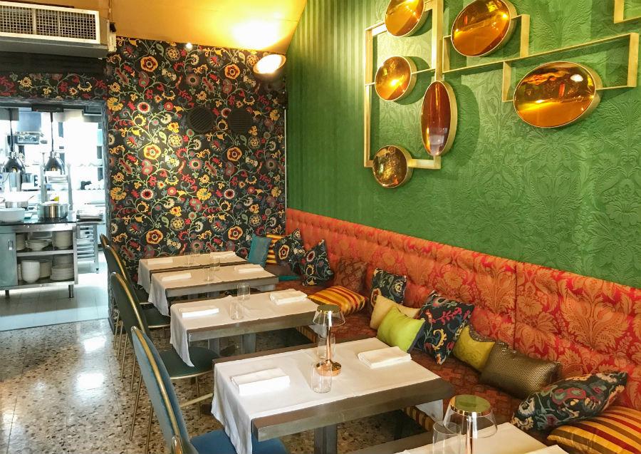 Un'immagine di una sala del BistRo di Milano firmato da Aimo e Nadia e dalla Galleria Rossana Orlandi e la collaborazione con Etro