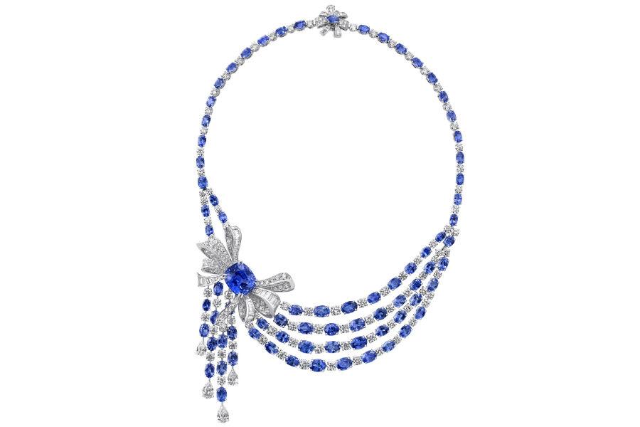 Baselworld 2018 - Graff Diamonds - Bow Collection – Collana con uno zaffiro taglio cuscino di 21.61 cts, diamanti ( 31.69 cts) e zaffiri per un totale di 89.12 cts.